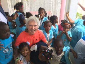 Peter Orloff zwischen lächelnden Kindern für die Spenden