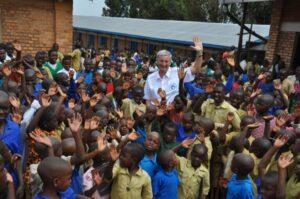 Fly and Help und Reiner Meutsch zwischen den lächelnden Kindern