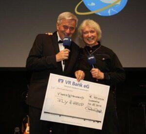 2018 Peter Orloff überreicht den Scheck über € 40.000 anläßlich der Fly & Help Gala an Reiner Meutsch. Da die Schule aber € 68.000 kostete, wurde der komplette Scheck etwas später, am 12. März nachgereicht